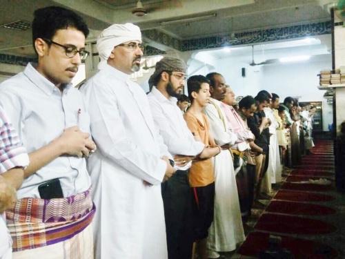 الرئيس الزبيدي يؤدي صلاة الجمعة  في مسجد أبان بالعاصمة عدن