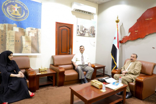 President of Self-Administration for the South meets Director of Yemen and Kuwait Bank in the capital Aden
