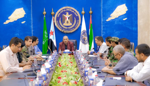 President Aidarous Al-Zubaidi meets with military leaders from Shabwa governorate